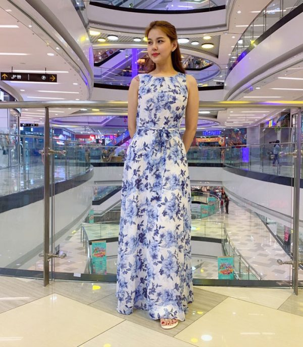 Đầm maxi cổ tròn sát nách trắng họa tiết hoa xanh da trời phối eo thắt nơ hình 1