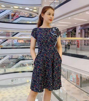 Đầm xòe xanh đen họa tiết hoa phối viền với phần cách điệu ở thân áo hình 1