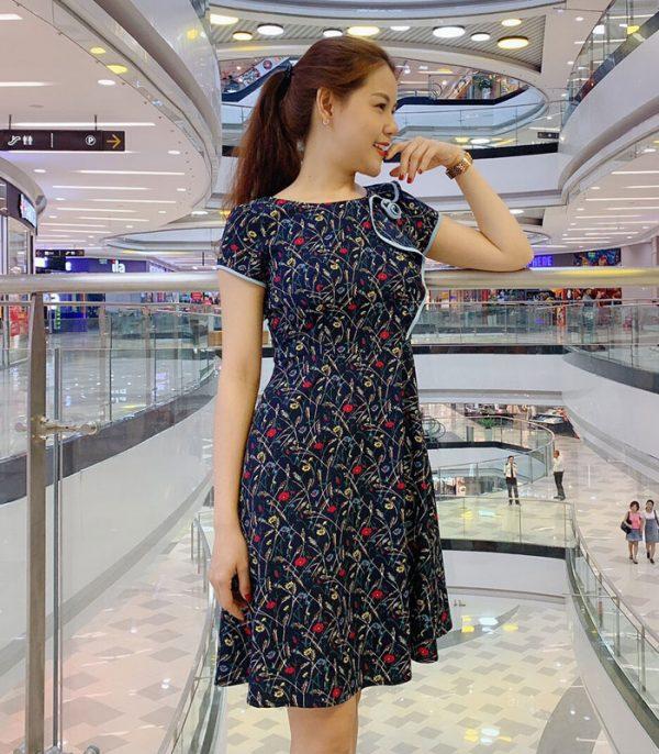 Đầm xòe xanh đen họa tiết hoa phối viền với phần cách điệu ở thân áo hình 2